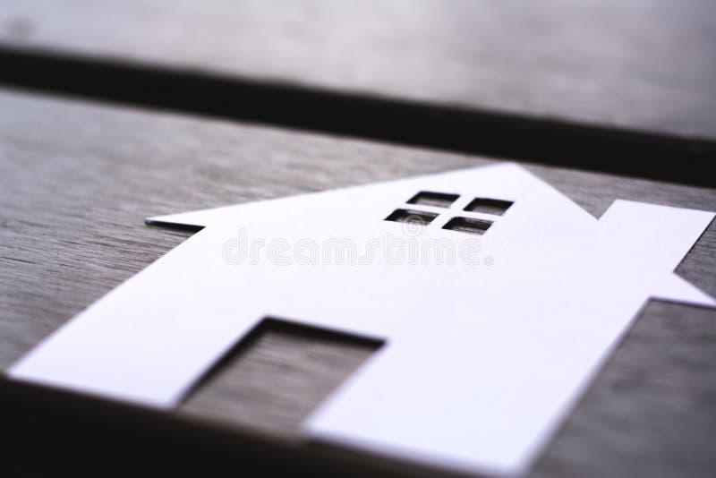 Papierowy dom na drewnianej stołowej rocznik kopii przestrzeni zdjęcia stock