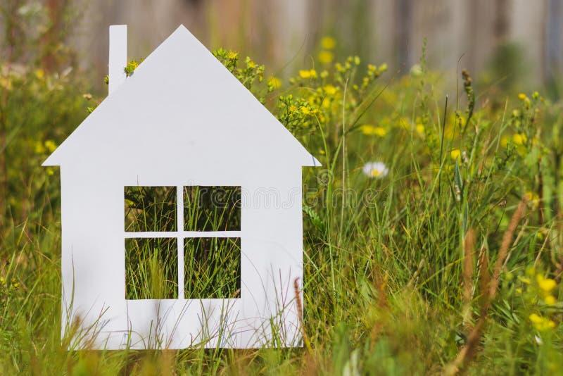 Papierowy dom na zielonej trawie obraz stock