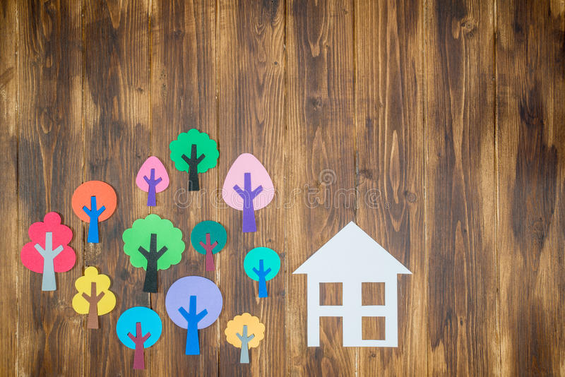 Papierowy dom z lasem, Domowy środowisko obrazy royalty free