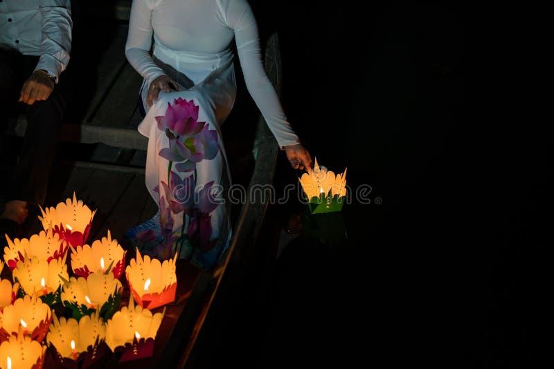 Papierowy lampion w Wietnamskiej kobiety ręce w Hoi antyczny miasteczko, Wietnam Lampiony ustawiają w rzekę jako ofiara i obrazy royalty free