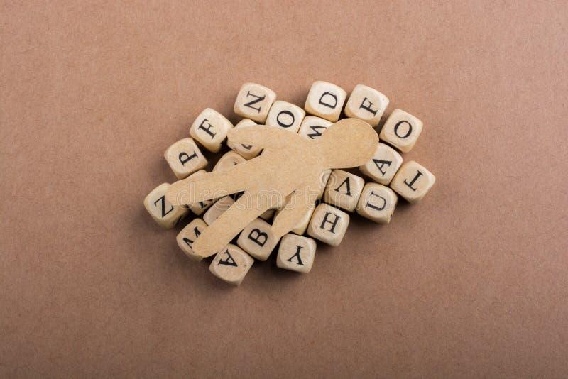 Papierowy mężczyzna i listowi sześciany robić drewno obraz stock