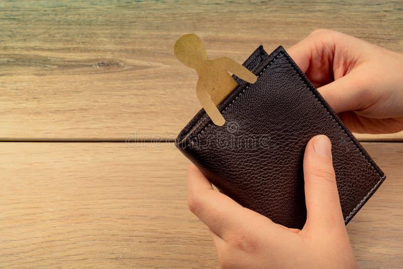 Papierowy mężczyzna kształt w portflu w ręce zdjęcia royalty free