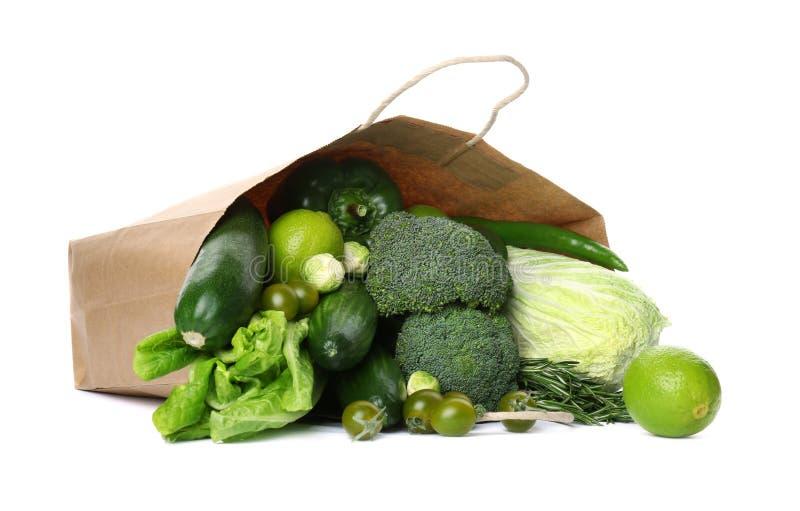 Papierowy pakunek z zielonymi warzywami i owoc fotografia royalty free