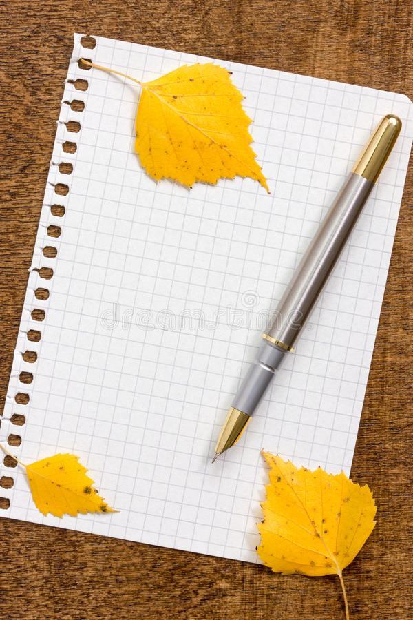 Papierowy prześcieradło z piórem i jesiennymi liśćmi obrazy royalty free