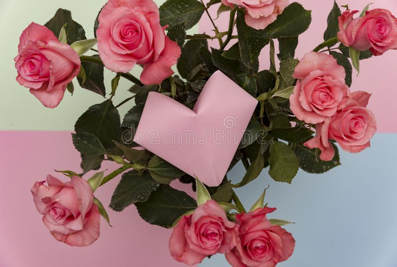 Papierowy serce kwiatu i róży koszykowy tło, rocznika Origami róże kwitnie Origami kierowy kształt zdjęcie royalty free