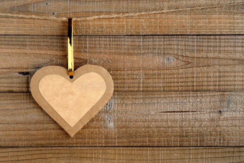 Papierowy serce na drewnie zdjęcia royalty free