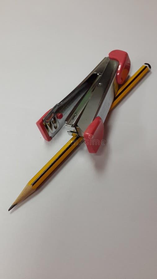 Papierowy zszywacz i ołówek obrazy stock