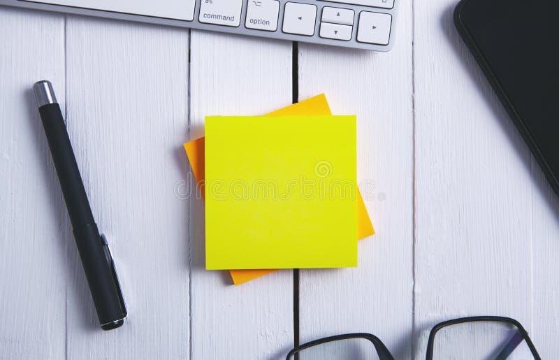 Papierowych piór szkieł telefoniczna klawiatura na drewnianym stole obraz stock