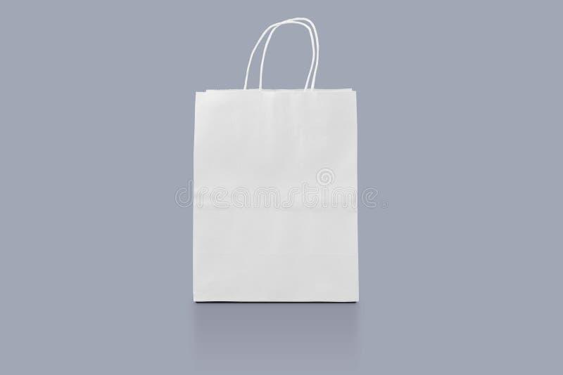 Papierpaket lokalisiert für Unternehmensidentitä5sdesign Modelleinkaufstasche Einkaufstasche auf Hintergrund für die Werbung und  lizenzfreie stockbilder