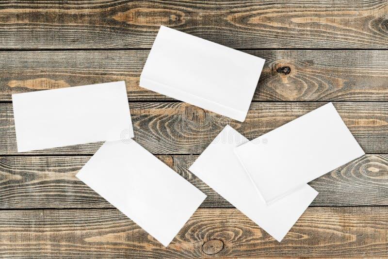 Papiers blancs sur le fond en bois photos libres de droits