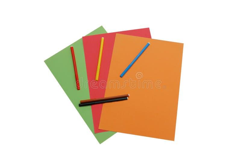 Papiers colorés avec cinq crayons lecteurs de feutre images libres de droits