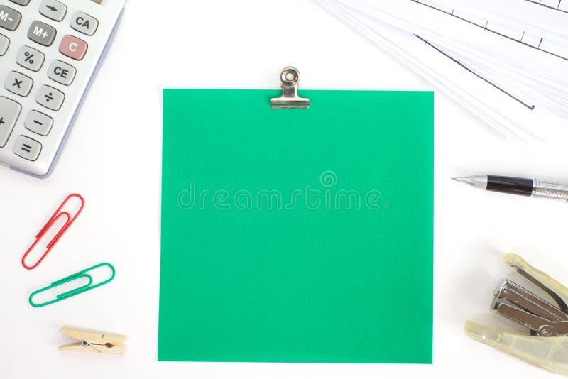 Papiers colorés avec l'agrafe et la papeterie image stock