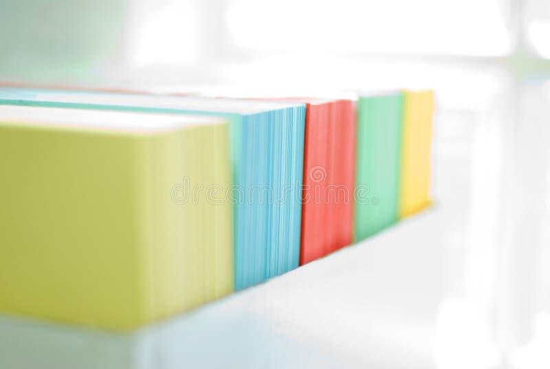 Papiers colorés de bureau photographie stock