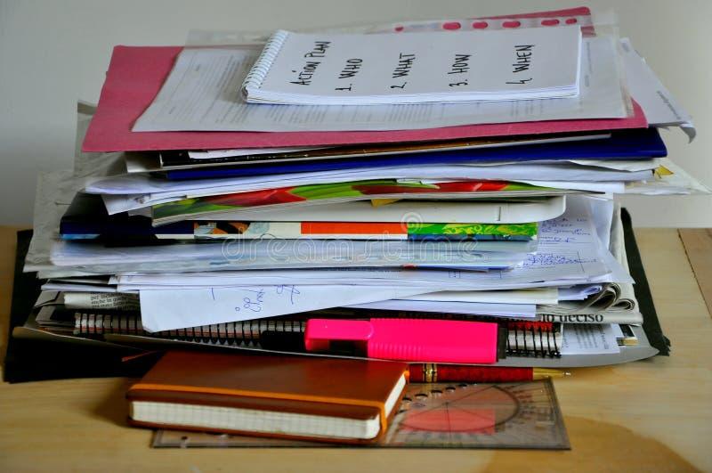 Papiers désordonnés, image de fond sur un bureau photo libre de droits