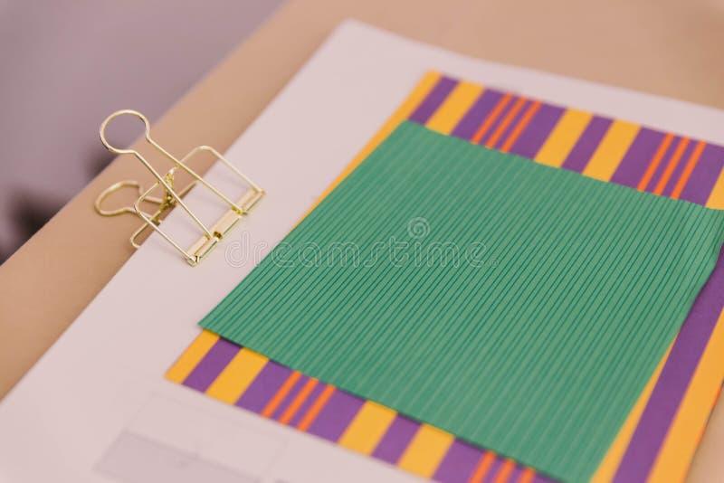 Papiers de couleur et agrafe d'or au-dessus du Tableau en bois photos libres de droits