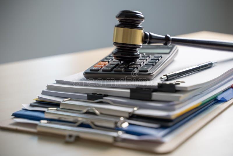 Papiers de rapport de marteau et de gestion de juge, documents importants image libre de droits