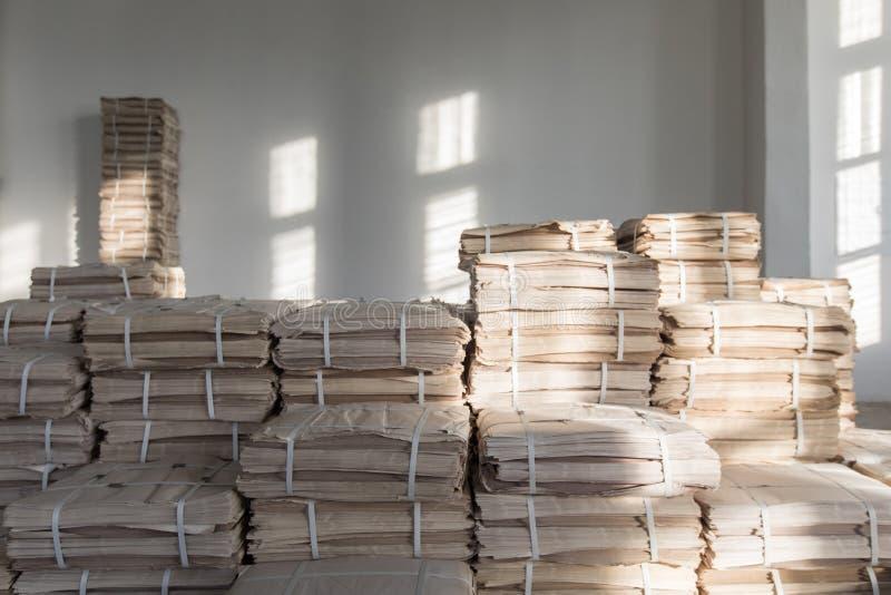 Papiers empilés dans la chambre photos stock