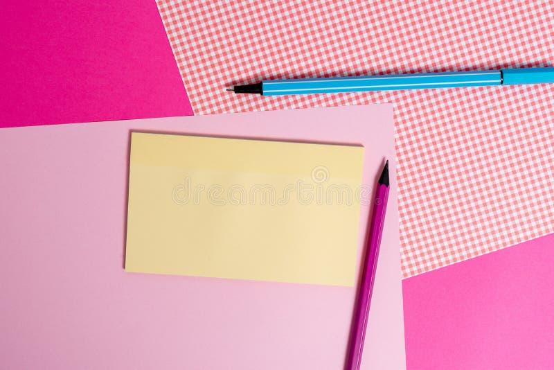 Papiers stationnaires et de notation placés au-dessus du contexte coloré Inscription des équipements avec des feuilles de note su image libre de droits