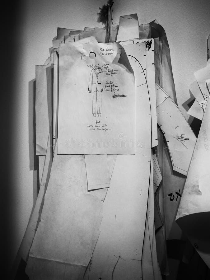 Papierschablonen in einem Atelier von Festkleidern stockbild