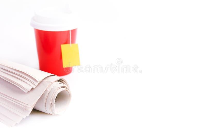 Papierschale und Zeitung Morgennachrichten auf Weiß lizenzfreies stockfoto