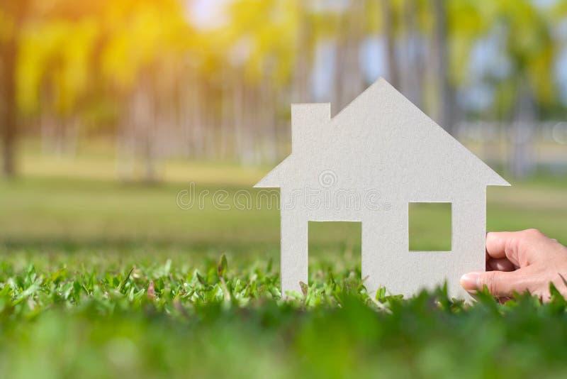 Papierschnitt des Hauses auf Naturhintergrund-Kopienraum stockfotos