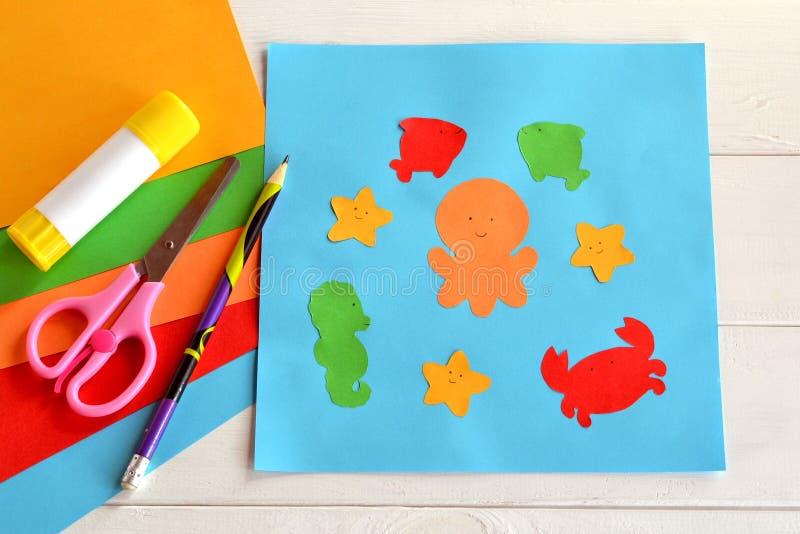 Papierseetiere auf blauer Karte stockbilder