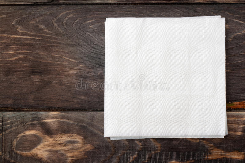 Papierservietten auf Holzoberfläche stockfoto