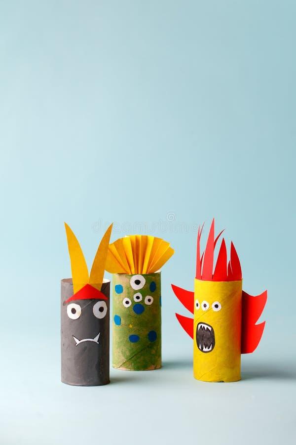 Papierspielzeuggeist, Schläger, Monster für Halloween-Partei Einfaches Handwerk für Kinder auf blauem Hintergrund, Kopienraum, st stockbild