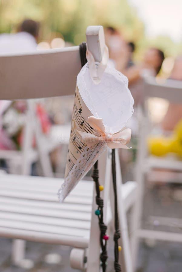 Papiertüte für rosafarbene Blumenblätter für Heiratsausrichtung stockfotos