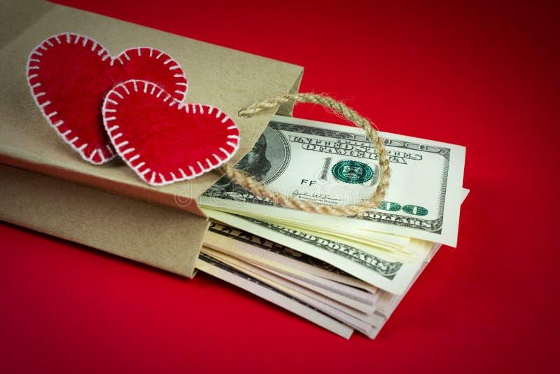 Papiert?te mit dekorativen Herzen des Geldes stockbilder