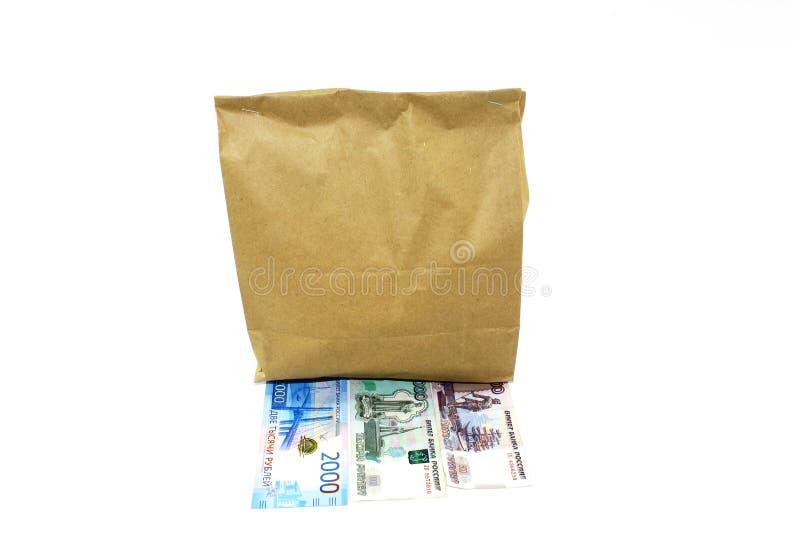 Papiertüte mit Nahrung nach innen ist auf den Rechnungen lizenzfreie stockbilder