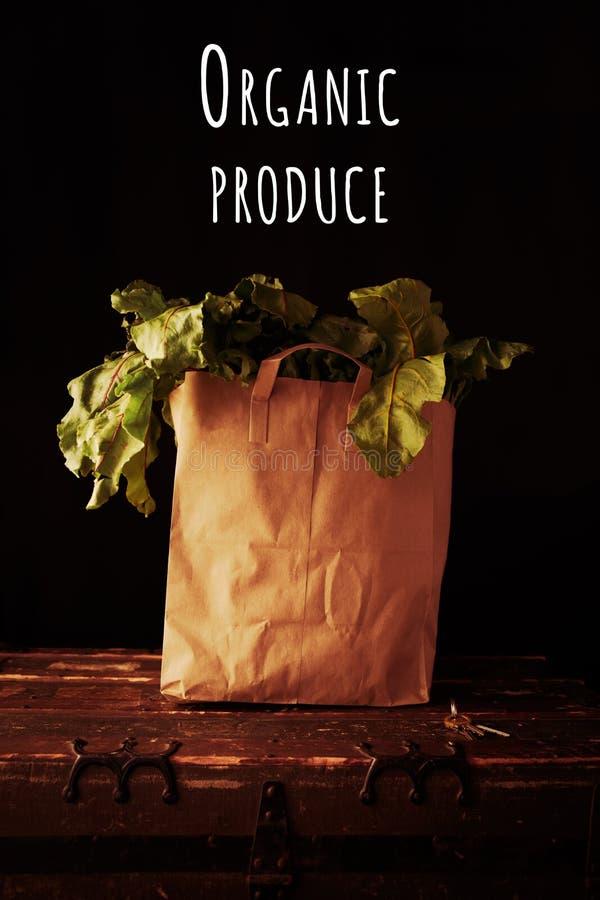 Papiertüte mit Rübengrün, mit Aufschrift für ökologische Erzeugnisse Konzept des gesunden Einkaufs von Lebensmittelgeschäften lizenzfreie stockfotos