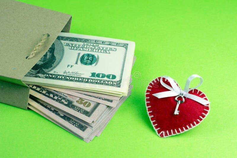 Papiertüte mit St.-Valentinstag Herz des Geldes dekorativem lizenzfreie stockfotos