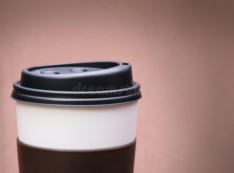 Papiertasse kaffee auf braunem Hintergrund. Zum Mitnehmen stockbilder