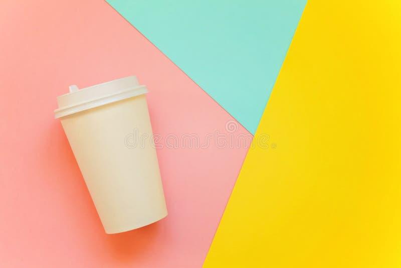 Papiertasse kaffee auf buntem Hintergrund stockfotografie