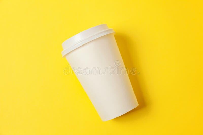 Papiertasse kaffee auf gelbem Hintergrund stockfotografie