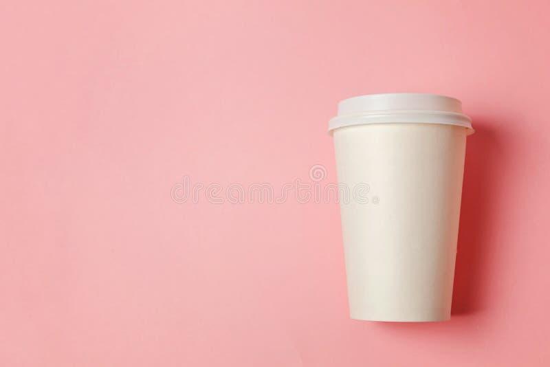 Papiertasse kaffee auf rosa Hintergrund stockbilder
