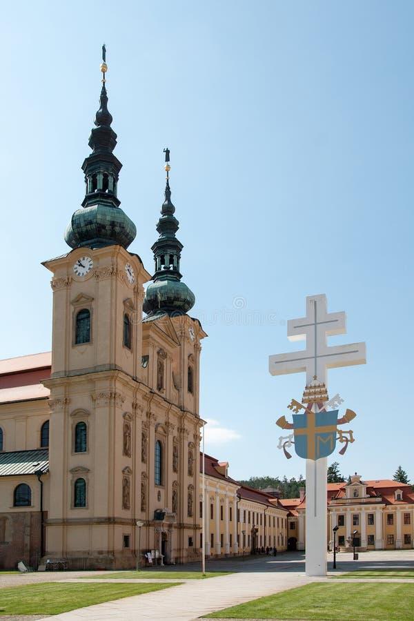 Papieski herb na krzyżu, Monaster Welehradzki, Czechy obraz royalty free