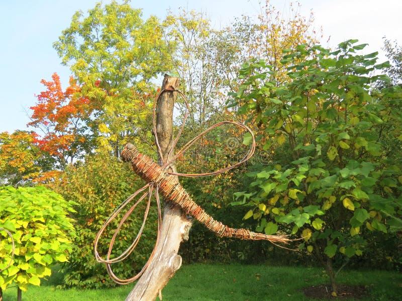 Papillon fait main accrochant sur l'arbre, Lithuanie photos stock