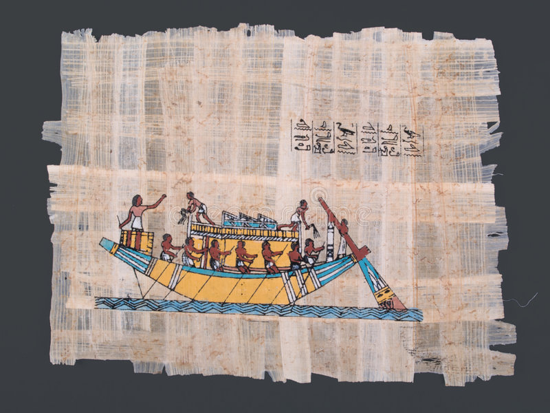 Papiro egipcio antiguo con el barco y los jeroglíficos fotos de archivo