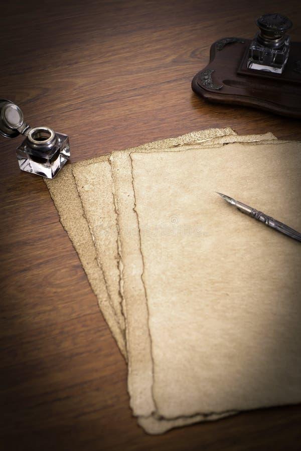Papiro su uno scrittorio immagini stock