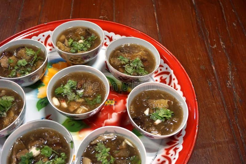 Papo dos peixes na sopa vermelha imagem de stock royalty free