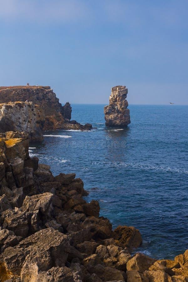 Papoaklippor och hav i Peniche Portugal royaltyfri fotografi