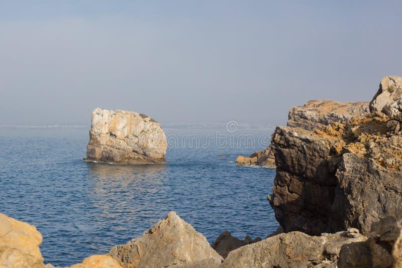 Papoaklippor och hav i Peniche Portugal royaltyfria foton