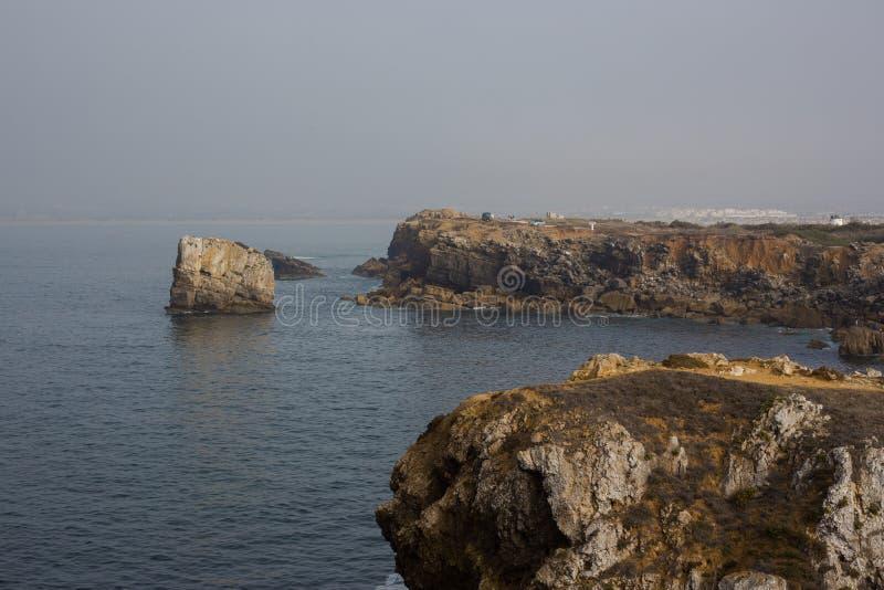 Papoaklippor och hav i Peniche Portugal royaltyfri foto
