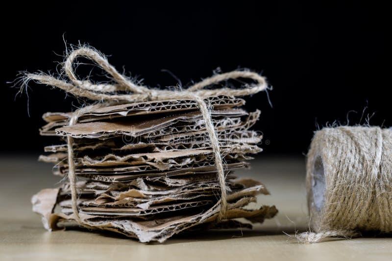 Papp lappar staplat och bundet med en juterad Förlorad pape arkivfoton
