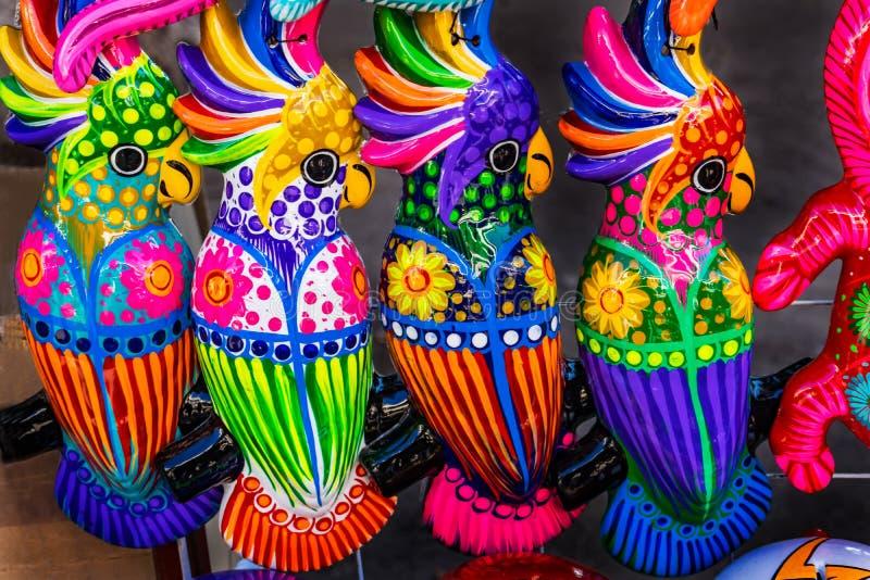 Pappagalli ceramici variopinti Oaxaca Messico fotografia stock