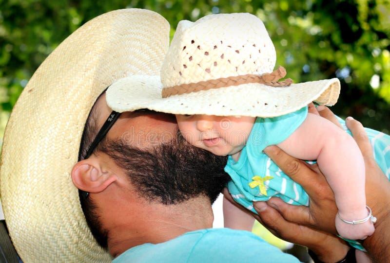 Pappan kysser nyfött arkivfoton