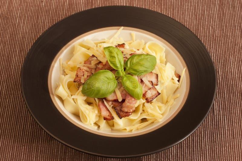 Pappardelle della pasta con bacon con basilico immagine stock libera da diritti