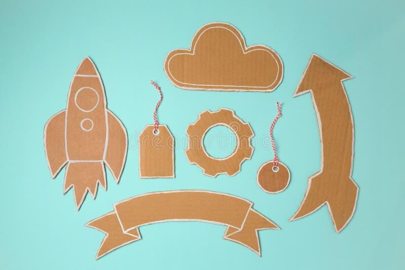 Pappbeståndsdelar för design Handgjorda raket, baner, prislapp, moln och pil arkivfoto
